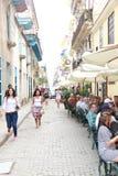 Carro na rua de Havana Street idosa em Cuba imagem de stock