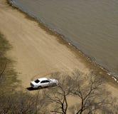 Carro no banco de rio Imagem de Stock