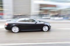 Carro no borrão de movimento, condução de carro rapidamente na cidade imagens de stock royalty free