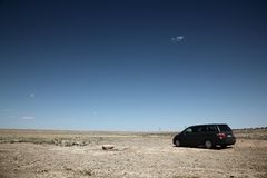 Carro no deserto Fotos de Stock Royalty Free