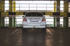 Carro no estacionamento imagens de stock royalty free