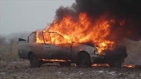 Carro no fogo, carro de queimadura em The Field video estoque