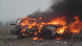 Carro no fogo, carro de queimadura em The Field vídeos de arquivo