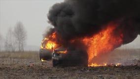Carro no fogo, carro de queimadura em The Field, Front View filme