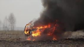 Carro no fogo, carro de queimadura em The Field, Front View video estoque