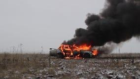 Carro no fogo, carro de queimadura em The Field, vista lateral filme