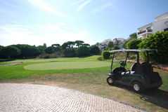 Carro no hotel do golfe fotografia de stock