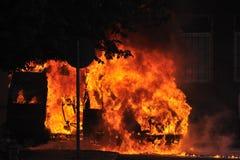 Carro no incêndio na rua Fotografia de Stock