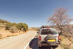carro 4x4 no lado da estrada nas montanhas Foto de Stock Royalty Free