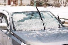 Carro no monte de neve fotografia de stock