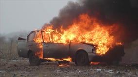 Carro no movimento lento do fogo, carro de queimadura em The Field vídeos de arquivo