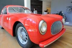 Carro no museu da arte moderna Fotografia de Stock Royalty Free