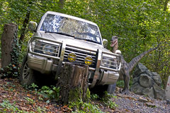 Carro no parque jurássico imagens de stock royalty free