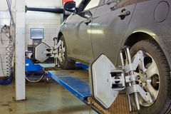 Carro no suporte para a verificação da curvatura do alinhamento de roda da precisão Imagens de Stock Royalty Free