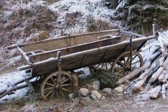 Carro nostálgico del heno con escarcha en invierno imagenes de archivo