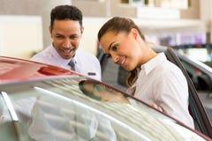 Carro novo do negociante do veículo Imagens de Stock Royalty Free