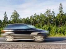 Carro Offroad na estrada do país, borrão de movimento Fotos de Stock Royalty Free
