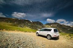 Carro Offroad perto das montanhas Fotos de Stock Royalty Free