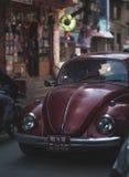Carro oval vermelho velho Thamel aglomerado cruzamento Stree de Volkswagen Beetle Imagens de Stock