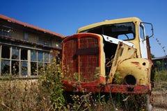 Carro oxidado viejo, amarillo en la granja abandonada Imagen de archivo libre de regalías