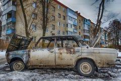 Carro para fora queimado perto de um prédio de apartamentos Fotos de Stock