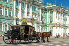 Carro para los turistas delante del palacio del invierno en animal doméstico del santo Foto de archivo