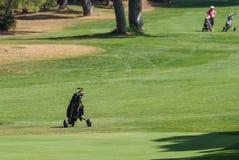 Carro para trazer os clubes de golfe no campo de golfe da vista Foto de Stock