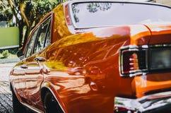 Carro poderoso do vermelho e do cromo imagem de stock