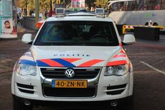Carro policial blindado especial em Haia nos Países Baixos para a proteção das embaixadas e das outras construções do diplomata imagens de stock royalty free