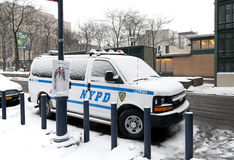 Carro policial estacionado com neve Fotos de Stock
