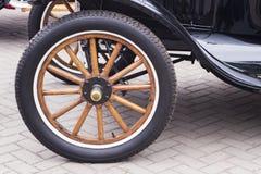 Carro preto da raridade do vintage Rodas de carro do vintage - veículo clássico fotografia de stock