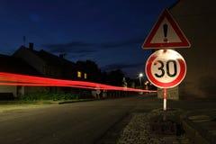 Carro que apressa-se com uma zona do limite de velocidade fotografia de stock royalty free