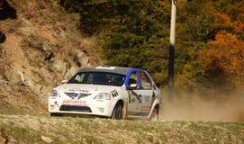 Carro que apressa-se em um cascalho da poeira, nas montanhas Fotos de Stock Royalty Free