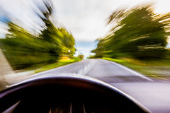 Carro que apressa-se na estrada borrada imagens de stock royalty free