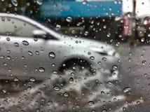 Carro que atravessa águas da inundação foto de stock