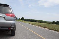 Carro que corre na estrada Fotos de Stock