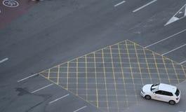 Carro que cruza pistas vazias em Barcelona fotografia de stock