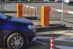 Carro que emerge de um estacionamento pago fotos de stock royalty free