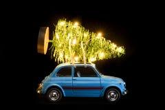 Carro que entrega a árvore do Natal ou do ano novo imagens de stock royalty free