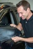 Carro que envolve o espelho lateral de envolvimento profissional com folha do vinil Foto de Stock
