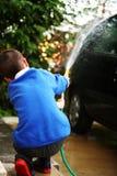 Carro que está sendo lavado Fotos de Stock Royalty Free