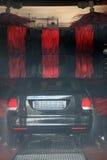 Carro que está sendo limpado em uma unidade da lavagem de carros Fotos de Stock Royalty Free