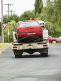 Carro que está sendo rebocado afastado Fotos de Stock