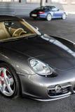 Carro que está sob a casa cinzenta Imagem de Stock