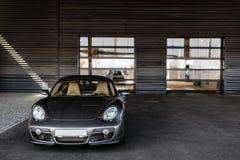 Carro que está sob a casa cinzenta Foto de Stock