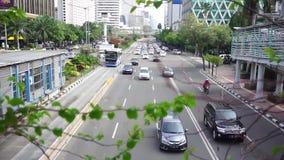 Carro que move-se após o verde da volta do sinal video estoque