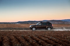 Carro que move sobre a estrada do campo Imagem de Stock Royalty Free