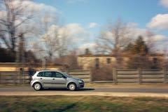 Carro que apressa-se abaixo da estrada Imagens de Stock Royalty Free