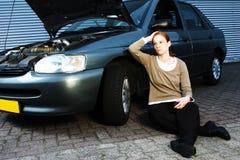 Carro quebrado e excitador triste Imagens de Stock