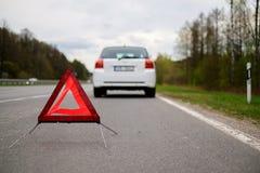 Carro quebrado em um lado da estrada imagem de stock royalty free